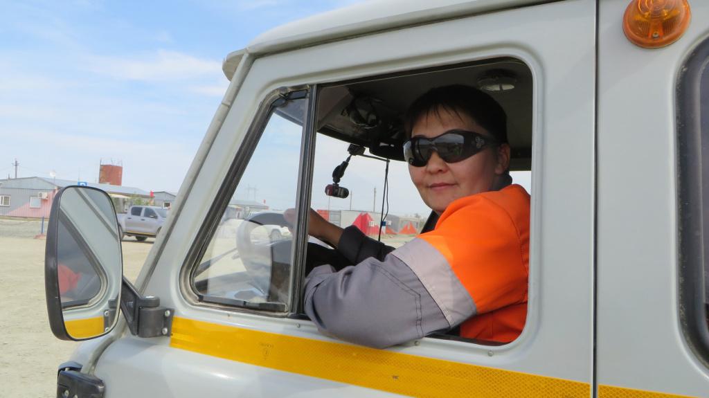 Женский экипаж большегрузного автомобиля начал работу на казахстанских предприятиях